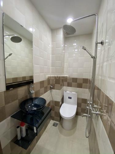 Phòng tắm nhà phố Quận 10 Nhà phố mặt tiền Quận 10 bàn giao nội thất cơ bản, nhà còn rất mới.