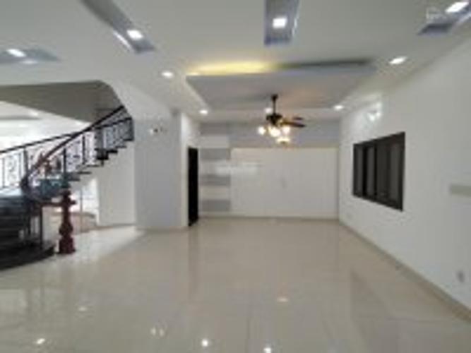 PHÒNG KHÁCH biệt thự KDC Nam Long Q7 Biệt thự KDC Nam Long nội thất cơ bản, tông trắng, thiết kế hiện đại.