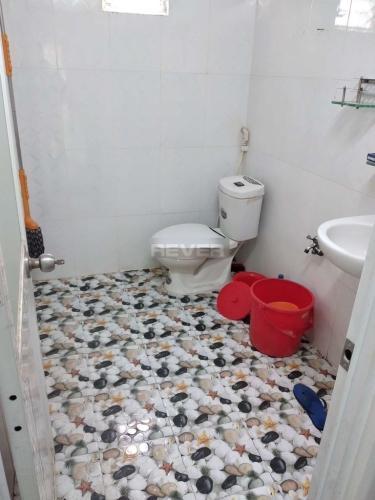 Phòng tắm nhà phố đường Minh Phụng, Quận 11 Nhà phố Quận 11 hướng Bắc diện tích 4mx17m, nội thất dầy đủ.