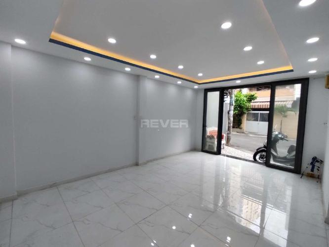 Phòng khách nhà phố Tân Phú Nhà phố diện tích sử dụng 125m2 hướng cửa Đông Nam, thiết kế kỹ lưỡng.