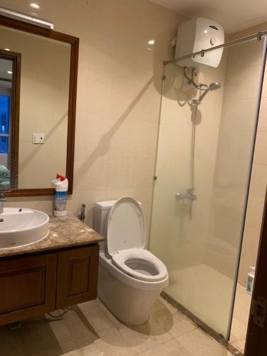 Phòng tắm căn hộ Sky Center, Tân Bình Căn hộ Sky Center tầng thấp ban công hướng Đông, đầy đủ nội thất.