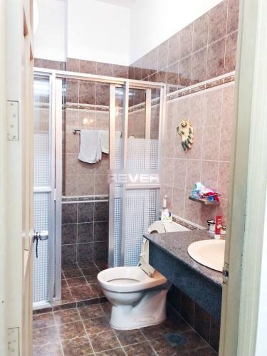 Phòng tắm nhà phố quận Bình Thạnh Nhà hẻm Q Bình Thạnh có 2 mặt đường, có chỗ đậu xe, nội thất đầy đủ.