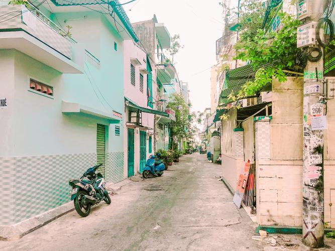 Lối Đi 3 Bán nhà phố trên đường Nguyễn Kim 69m2, 2PN 2WC, mặt tiền rộng