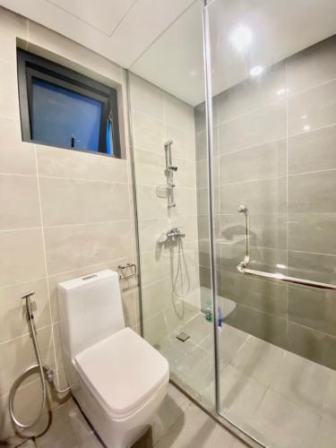 toilet căn hộ One Verandah Căn hộ One Verandah nội thất cơ bản, view thành phố.