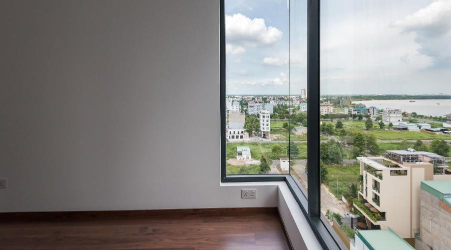View phòng ngủ căn hộ One Verandah Căn hộ One Verandah nội thất cơ bản, sàn lót gỗ, nhiều cửa kính.