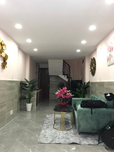 Phòng khách Nhà phố Quận 1 hướng Đông Nam diện tích sử dụng 120m2.