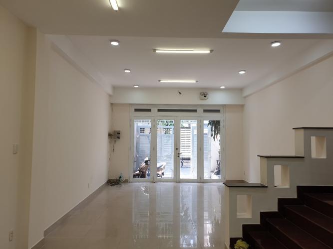 Phòng khách nhà Bình Chánh Nhà phố diện tích 5mx20m nội thất cơ bản, đường xe hơi thông thoáng.