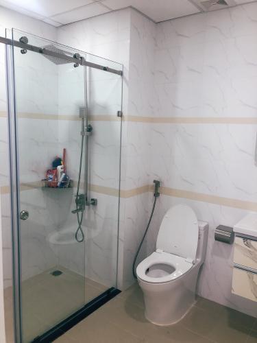 Phòng tắm Sunrise Cityview, Quận 7 Căn hộ Sunrise City View tầng cao, ban công đón view thành phố.