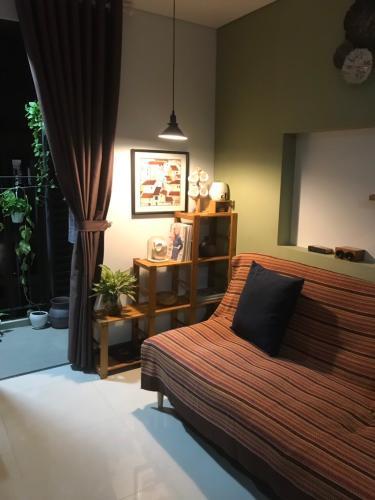 Phòng khách Hado Centrosa Garden, Quận 10 Căn hộ Hado Centrosa Garden tầng cao, view nội khu.