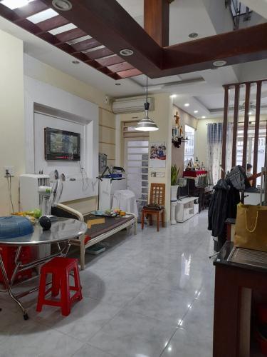 Phòng khách nhà phố Nhà phố hướng Đông Nam diện tích sử dụng 140.9m2, hẻm xe hơi.