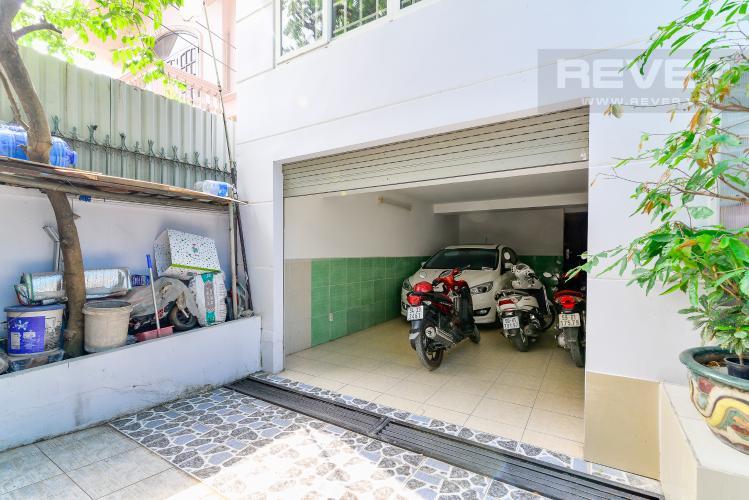 Khu Vực Đậu Xe Bán nhà phố 5 phòng ngủ tại Thảo Điền Quận 2, diện tích 173 m2, đầy đủ nội thất