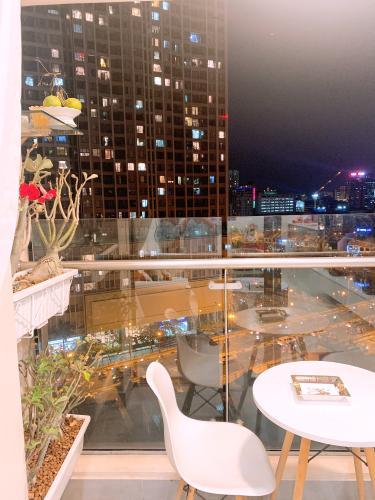 ban công căn hộ Masteri Millennium Căn hộ Masteri Millennium đầy đủ nội thất, view thành phố sầm uất.