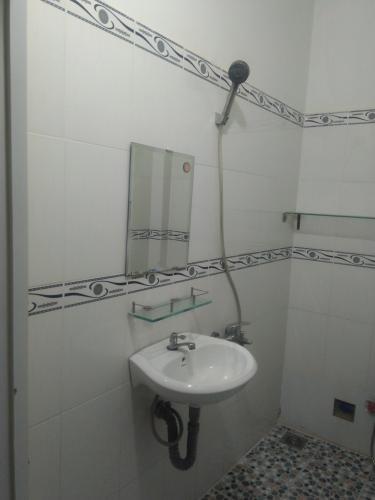 Nhà tắm căn nhà phố Nhà Bè Nhà hẻm 4m huyện Nhà Bè hướng Nam, diện tích sử dụng 151.6m2.
