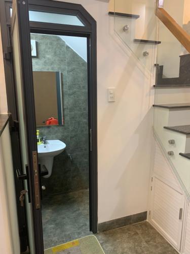 Phòng tắm nhà phố Nhà phố Quận 4 hướng Nam gồm 1 trệt 1 lầu, diện tích đất 49m2.