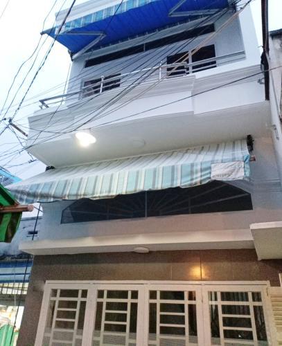 Mặt tiền nhà phố Tôn Đản, Quận 4 Nhà phố quận 4 rộng 27.3m2, sổ hồng riêng, nội thất cơ bản.