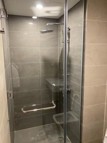 Phòng tắm One Verandah Quận 2 Căn hộ One Verandah tầng 12, đầy đủ nội thất, view thành phố.
