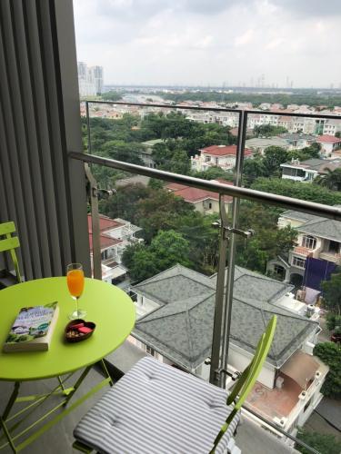 View phòng khách căn hộ Hưng Phúc Căn hộ Happy Residence đầy đủ nội thất sang trọng, view thành phố.