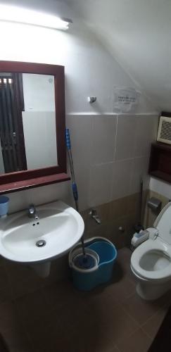 Phòng tắm nhà phố Lê Văn Sỹ, Quận 3 Nhà phố trung tâm quận 3, hướng Đông Nam, hẻm xe máy quay đầu.