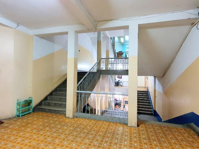 Cầu thang lên nhà Căn hộ chung cư Trần Kế Xương tầng thấp hướng cửa Đông Nam.