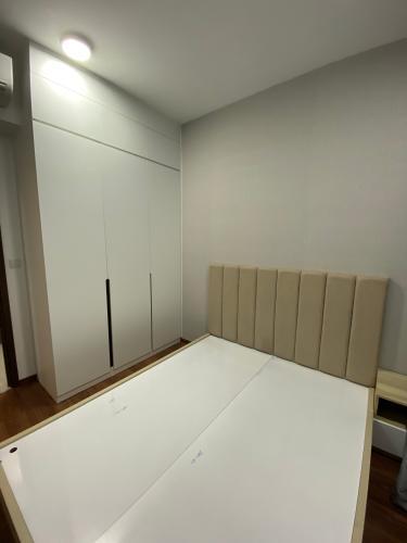 PHÒNG NGỦ căn hộ One Verandah Căn hộ One Verandah đầy đủ nội thất, sàn lót gỗ, view thành phố.