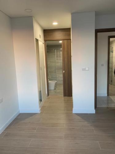 Phòng tắm căn hộ Kingdom 101, Quận 10 Căn hộ Kingdom 101 view nội khu thoáng mát yên tĩnh, hướng Đông.