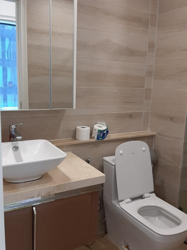 Phòng tắm Vinhomes Golden River, Quận 1 Căn hộ tầng cao Vinhomes Golden River bàn giao đủ nội thất.