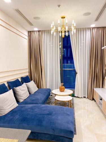 Phòng khách Vinhomes Golden River, Quận 1 Căn hộ Vinhomes Golden River tầng cao, hướng Đông Nam.