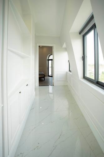 Hành lang căn hộ dịch vụ Trần Não, Quận 2 Căn hộ dịch vụ Trần Não nội thất tiện nghi, thiết kế tân cổ điển.