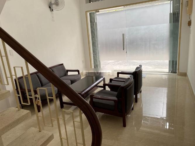 Phòng khách nhà phố Lê Thánh Tôn, Quận 1 Nhà phố trung tâm Quận 1 nội thất đầy đủ, nằm trong hẻm xe hơi.