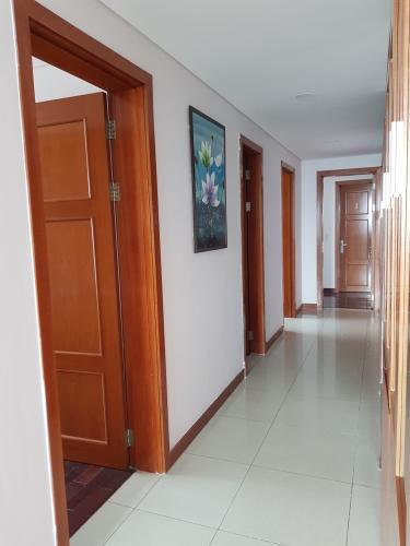 Bên trong căn hộ THE MANOR Bán hoặc cho thuê căn hộ The Manor 3PN, diện tích 136m2, đầy đủ nội thất, căn góc, view thành phố