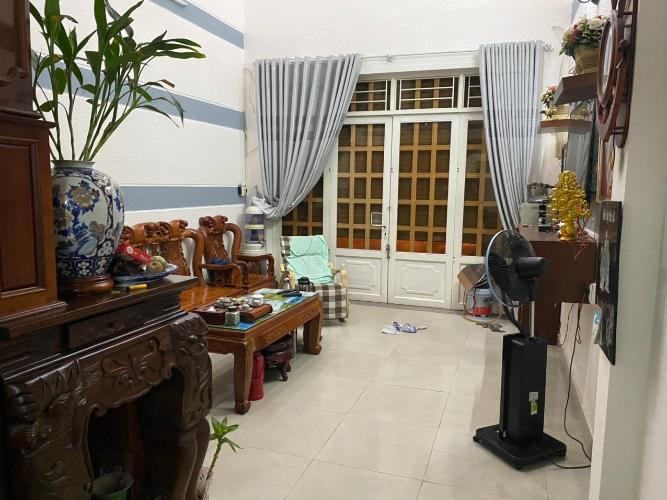 Phòng khách nhà phố đường Trần Bá Giao, Gò Vấp Nhà phố hướng Tây Nam hẻm xe hơi rộng, thích hợp kinh doanh.