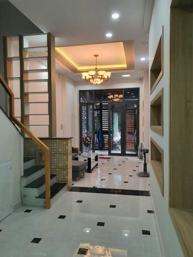 Phòng khách nhà Tân Phú Nhà phố hướng Tây Bắc diện tích sử dụng 185m2, nội thất cơ bản.