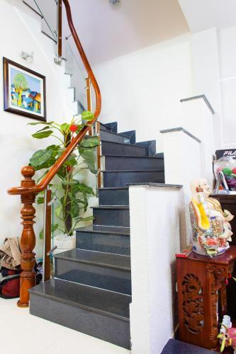 Cầu thang Nhà 3 tầng hẻm Bùi Văn Thêm Quận Phú Nhuận