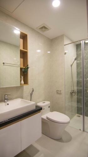 Phòng tắm Sunrise Cityview, Quận 7 Căn hộ Sunrise City View tầng trung, ban công hướng Đông.