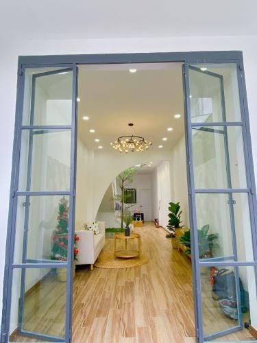 Phòng khách nhà phố Bình Thạnh Nhà phố hướng Tây Bắc diện tích sử dụng 119.9m2, hẻm xe hơi.