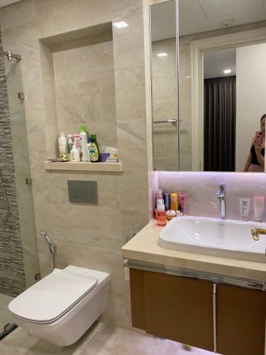 toilet Căn hộ Vinhomes Golden River Căn hộ tầng 21 Vinhomes Golden River thiết kế hiện đại, nội thất đầy đủ