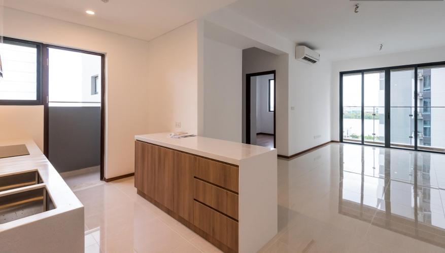 Bếp và phòng khách căn hộ One Verandah Căn hộ One Verandah nội thất cơ bản, sàn lót gỗ, nhiều cửa kính.