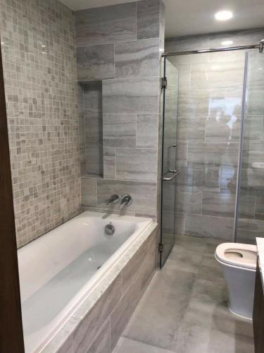 Toilet căn hộ Kingdom 101 Cho thuê căn hộ Kingdom 101 quận 10, diện tích 71.58m2 - 2 phòng ngủ, không có nội thất