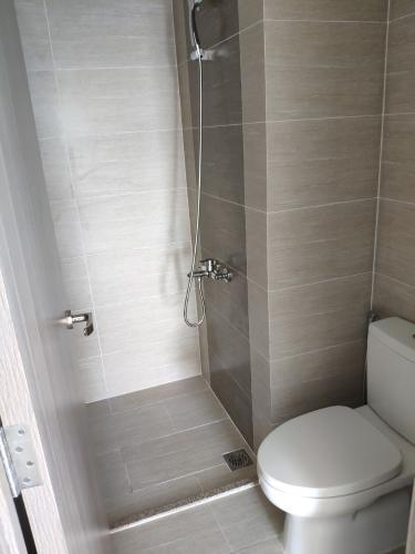 Phòng tắm căn hộ Vinhomes Grand Park, Quận 9 Căn hộ Vinhomes Grand Park bàn giao nội thất cơ bản, view nội khu.