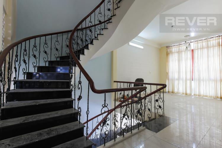 Cầu thang tầng 1 Biệt thự 4 phòng ngủ đường Lý Phục Man Quận 7