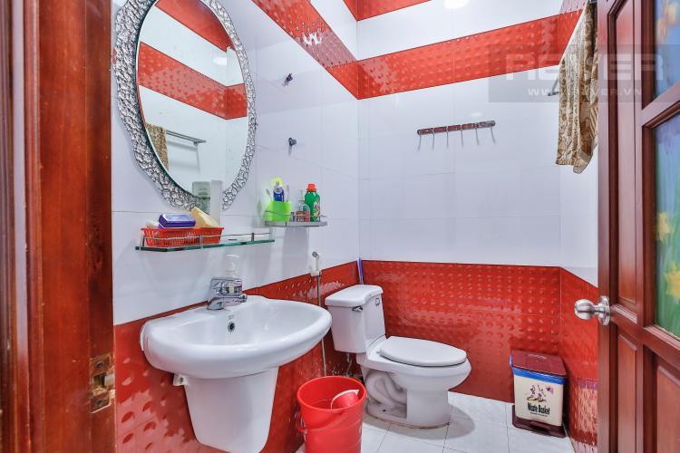 Toilet 1 Nhà phố 4 tầng mặt tiền đường Bùi Văn Ba tiện kinh doanh