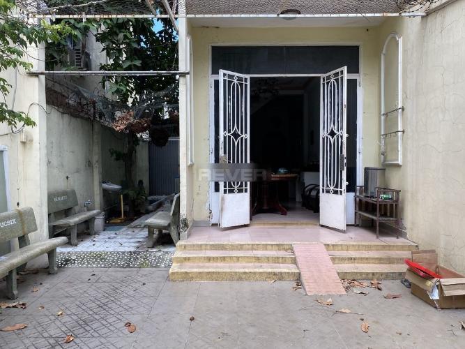 Nhà phố gần Ga Sài Gòn, nội thất cơ bản, sân thượng rộng.