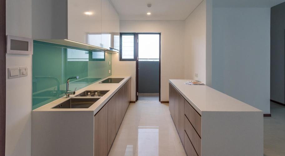 Bếp căn hộ One Verandah Căn hộ One Verandah nội thất cơ bản, sàn lót gỗ, nhiều cửa kính.