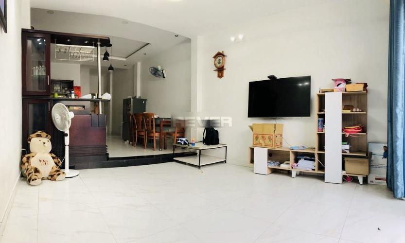 Phòng khách nhà phố Thủ Đức Nhà phố quận Thủ Đức 80m2, đầy đủ nội thất, hẻm xe hơi.
