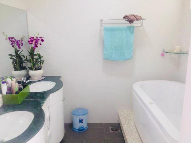 Phòng tắm nhà phố đường Đỗ Thừa Luông, Tân Phú Nhà phố hướng Đông hẻm xe hơi, nội thất đầy đủ có sổ hổng riêng.