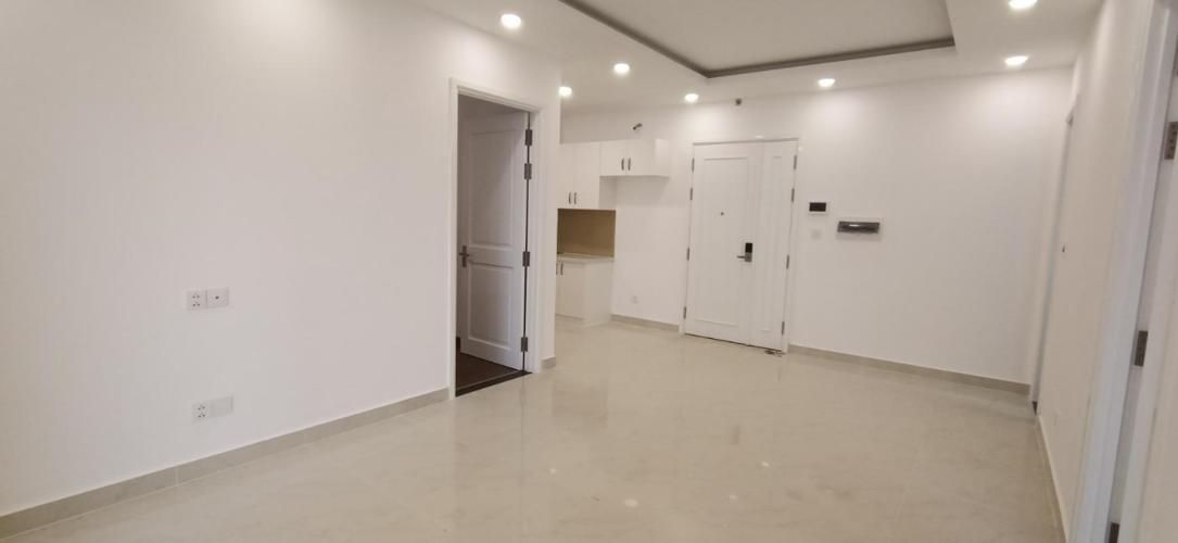 Bán căn hộ Saigon Mia tầng cao thiết kế gam màu trắng, sàn lót gỗ.