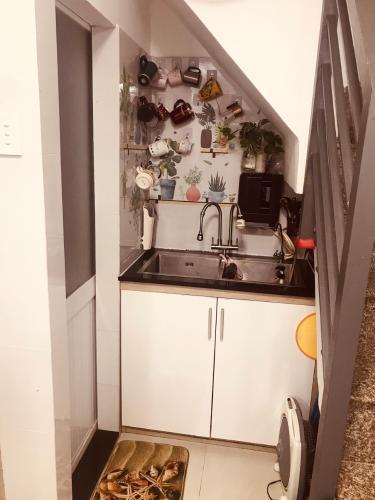 Phòng bếp Nhà phố hướng Đông hẻm xe hơi, bàn giao đầy đủ nội thất.