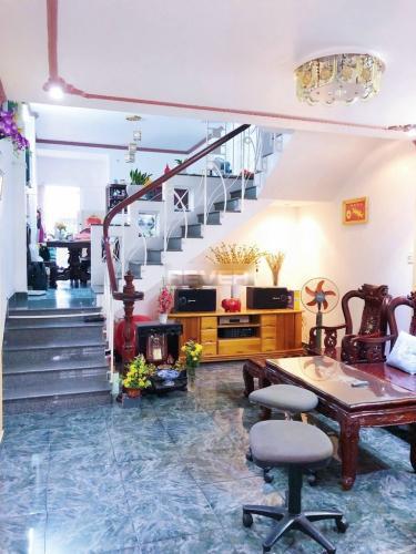 Phòng khách nhà phố quận Bình Thạnh Nhà hẻm Q Bình Thạnh có 2 mặt đường, có chỗ đậu xe, nội thất đầy đủ.