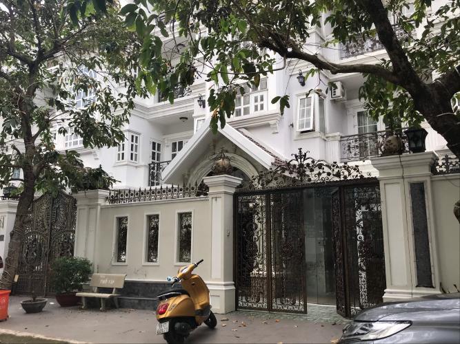 Mặt tiền biệt thự Tấn Trường, Quận 7 Biệt thự Tấn Trường thiết kế phong cách Pháp cổ xưa, sang trọng.