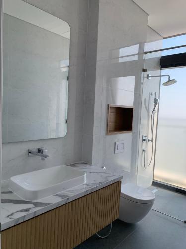 phòng vệ sinh penthouse riviera point Căn hộ Penthouse Riviera Point tầng cao, ngắm nhìn thành phố.